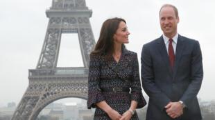 Герцогиня Кембриджская Кейт и принц Уильям на площади Трокадеро в Париже, 18 марта 2016 г.