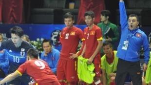 HLV người Tây Ban Nha Bruno Formoso trong trận thi đấu giữa đội tuyển futsal Việt Nam và Nhật Bản.