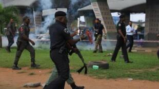 Jami'an tsaron Najeriya lokacin da su ke tarwatsa masu zanga-zangar RevolutionNow a Lagos