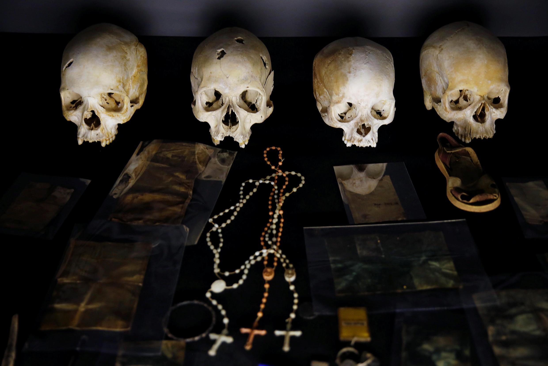 Des crânes et effets personnels de victimes du génocide rwandais.