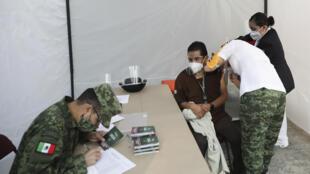 Un membre du personnel soignant mexicain reçoit un vaccin contre le Covid-19 à l'hôpital général de Mexico, le 24 décembre 2021.