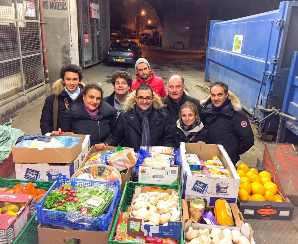 Депутат Дерамбарш (в центре на первом плане) добился того, чтобы во Франции магазинам грозил штраф за выбрасывание продуктов. Теперь он надеется принять такой же закон для всей Европы