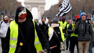 Wasu masu zanga-zangar adawa da gwamnatin Faransa yayin tattaki zuwa Champs-Elysées dake birnin Paris da safiyar ranar Asabar. 15/12/2018.