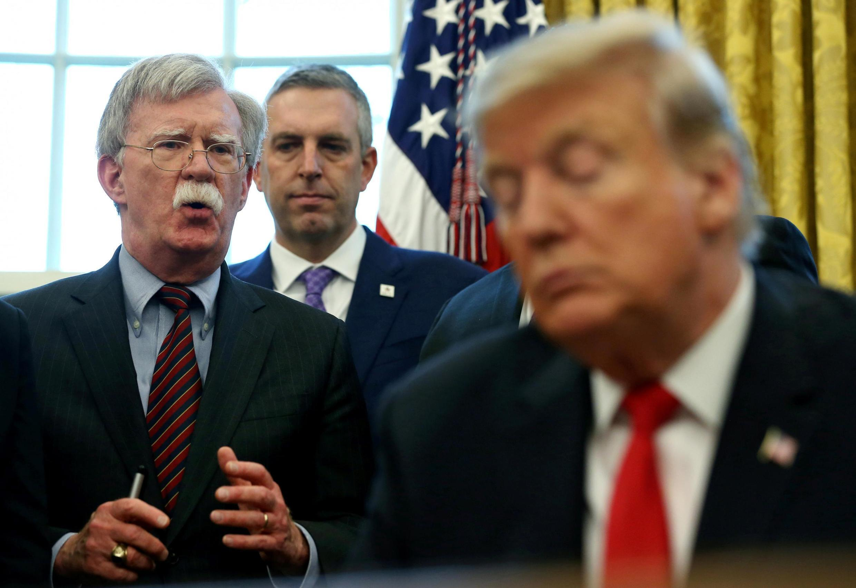 Tổng thống Mỹ Donald Trump (P) và cố vấn an ninh quốc gia John Bolton (T) trong một cuộc họp tại Nhà Trắng, Washington, ngày 07/02/2019.