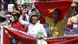 Manifestantes vietnamitas protestam nas ruas de Hanoi contra a China, que anunciou nesta semana a criação da nova cidade de Sansha.