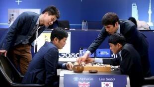 Le meilleur joueur au monde du jeu de go, Lee Sedol, examine son troisième match contre DeepMind, le programme d'intelligence artificielle de Google, le 12 mars 2016.