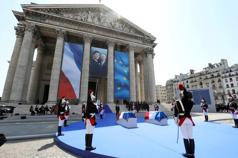 Pendant le discours d'Emmanuel Macron sur le parvis.