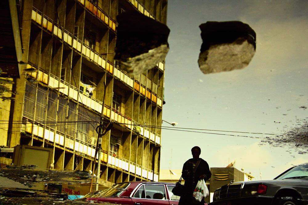 """""""زیر بار"""" عکسی از مجموعۀ """"یک نگاه"""" اثر کیریپی کاتمبو، ۲۰۱۱"""