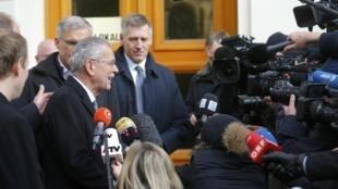 Ứng viên tổng thống Áo Alexander Van Der Bellen trả lời báo chí sau khi ra khỏi phòng bỏ phiếu, tại Vienna, ngày 04/12/2016.