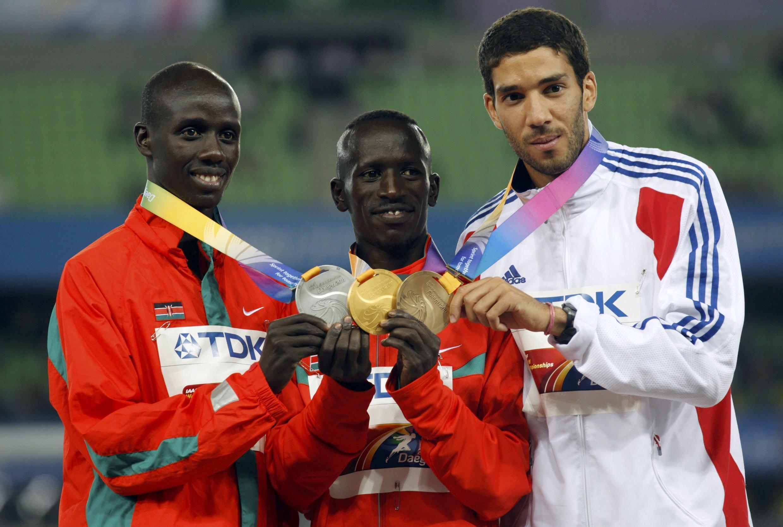 Le podium du 3 000m steeple aux Mondiaux 2011 : Ezekiel Kemboi en or (au centre), Brimin Kipruto en argent (à gauche) et Mahiedine Mekhissi-Benabbad en bronze (à droite).