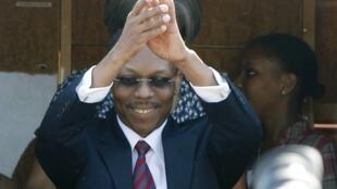 Jean-Bertrand Aristide salue la foule à son arrivée à l'aéroport international de Port-au-Prince, le 18 mars 2011.