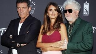 O realizador espanhol  Pedro Almodovar (direita),com a actriz Penélope Cruz (centro) e o actor Antonio Banderas, em Cannes a 16 de Maio de 2019.