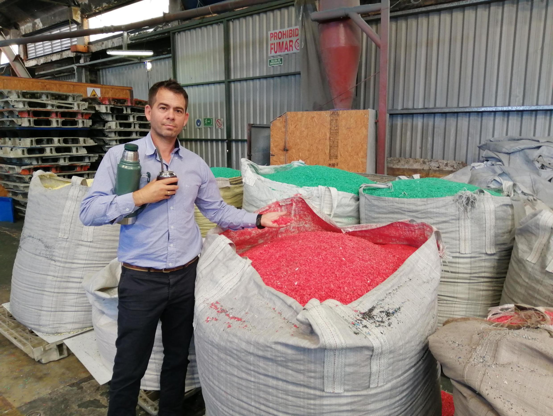 Leonardo García est le directeur de l'entreprise Dafelir qui a déjà recyclé plus de 40 000 pancartes électorales.