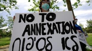 Des militants israéliens manifestent contre le plan d'annexion de pans de la Cisjordanie par Israël, devant la résidence de l'ambassadeur américain à Jérusalem, le 15 mai 2020, alors que les Palestiniens commémorent le 72e anniversaire de la Nakba.