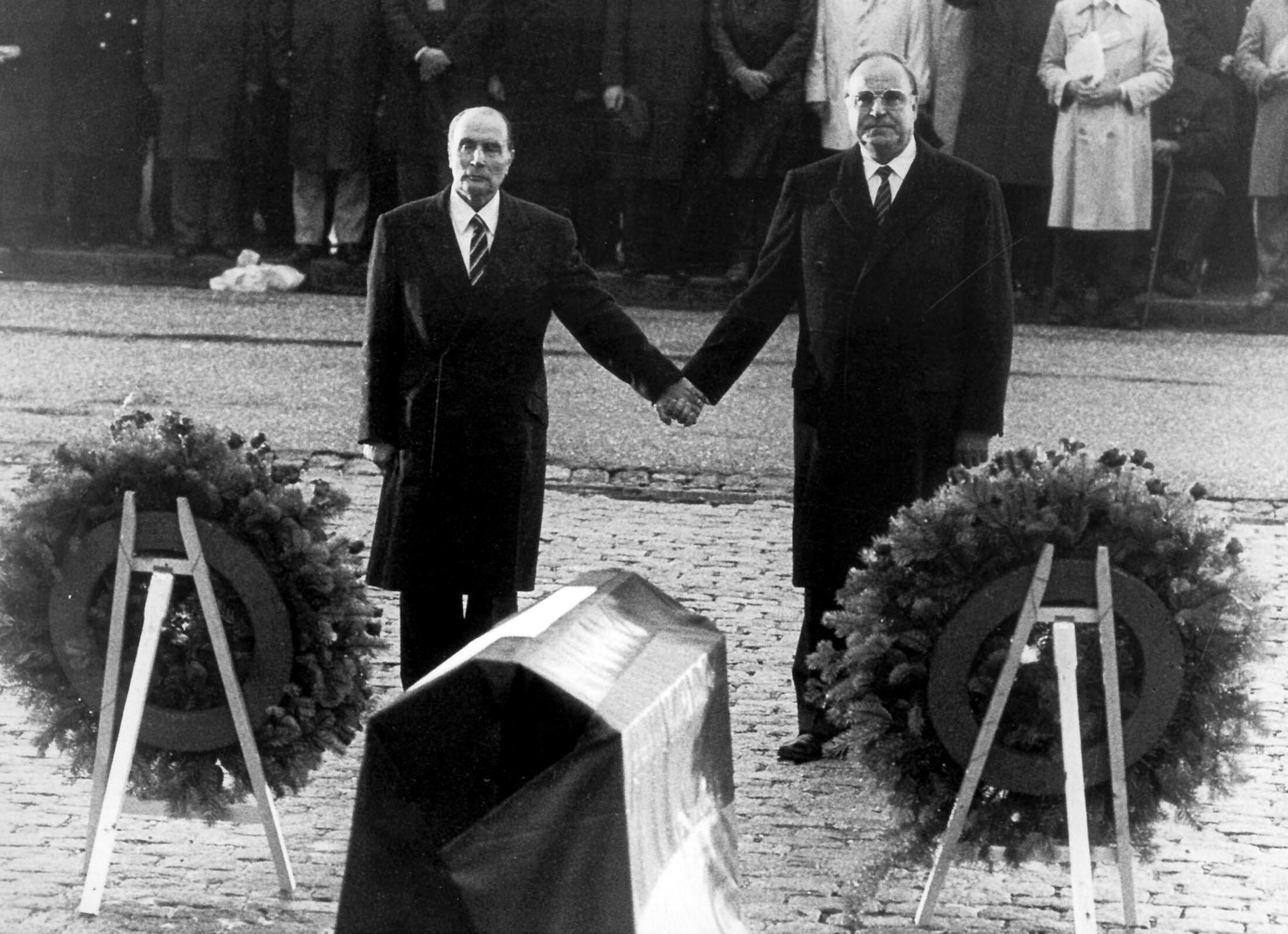 Le chancelier Kohl et le président Mitterrand lors de leur visite conjointe à Verdun, le 22 septembre 1984.