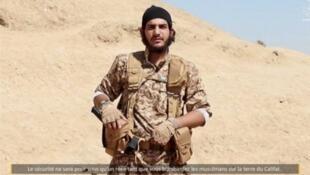 Captura de pantalla del video del EI donde aparece un combatiente presentado como  'Ali al-Iraqi'.