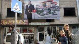 Une affiche électorale au-dessus d'un arrrêt de bus de la ville d'Urosevac, au Kosovo, le 13 novembre 2009.
