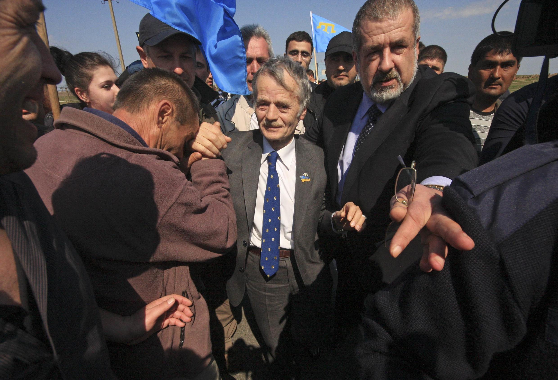 Мустафа Джемилев с приехавшими его встречать на КПП у города Армянска, 3 мая 2014.