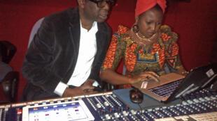 Youssou Ndour et  la chanteuse centrafricaine Idylle Mamba enregistrent à Dakar, au Sénégal, une chanson dédiée à la paix en République centrafricaine, le 26 janvier 2014.