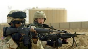 Femmes soldats de l'armée américaine, point de contrôle à Ramadi, la capitale de la province d'al-Anbar, ville située à l'ouest de Bagdad en Irak, le 25 octobre 2004.