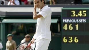 Roger Federer abandona el court central de Wimbledon tras su derrota ante Tomas Berdych.