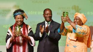 Maimouna Sidibe et Ruth Oniang'o, lauréates du Prix de l'alimentation du Forum d'Abidjan sur la révolution verte, lors de leur remise de prix, le 6 septembre 2017.