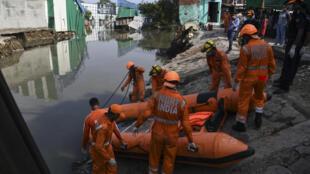 Des sauveteurs de la Force nationale de réaction aux désastres après des inondations à New Delhi, le 18 juillet 2020.
