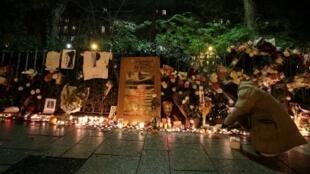 Un mémorial aux victimes du 13-Novembre est dressé devant la salle de concert du Bataclan, le 13 novembre 2016.