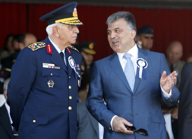 Shugaban Turkiya Abdullah Gul yana tattaunawa da sabon babban habsan soja General Isik Kosaner