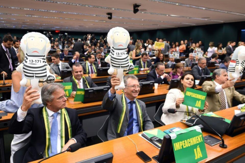 Wabunge wa upinzani wakishikilia mabango na vitu ambavyo wanavifananisha na Rais wa zamani Inacio Lula da Lula wakati wa kikao cha Kamati Maalum Aprili 6, 2016 katika mji wa Brasilia.