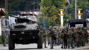 Soldados filipinos avanzan junto a un blindado en la ciudad de Marawi en Filipinas el 28 de mayo de 2017.