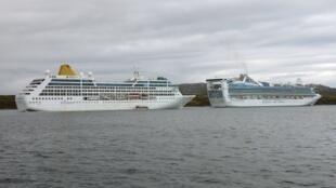 Adonia et Princess Cruisers, les deux navires de croisière empêchés par les autorités argentines de s'amarrer dans le port d'Ushuaïa, le 28 février 2012.
