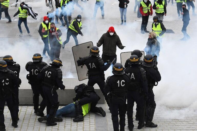Протестные акции «желтых жилетов» продолжаются во Франции с 17 ноября 2018 г. На фото: задержания в городе Лорьян, 09.02.2019