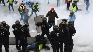 صحنه ای از درگیری میان جلیقه زردها و پلیس در روز شنبه ۹ فوریه/۲۰ بهمن در شهر لوریان در شمال غربی فرانسه
