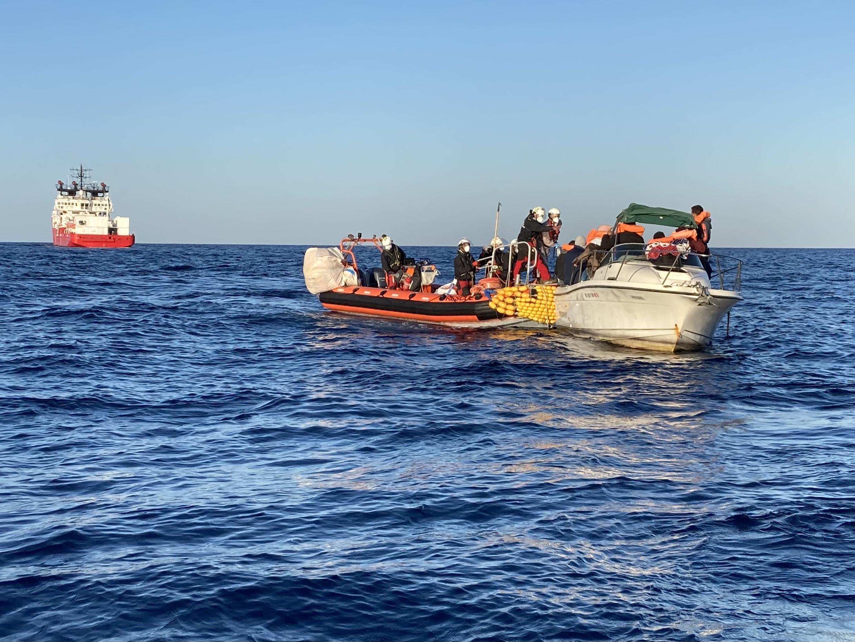 A la demande des garde-côtes libyens, les sauveteurs de l'Ocean Viking évacuent dix passagers du bateau.