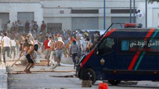 Des manifestants jettent des pierres aux forces de l'ordre, le 20 juillet 2017, à Al Hoceïma, dans la région du Rif, au Maroc.