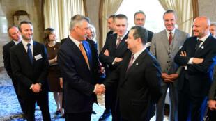 Poignée de main entre le ministre des Affaires étrangères du Kosovo Hashim Thaçi (g) et son homologue serbe Ivica Dacic, à Brdo Pri Kranju en Slovénie, le 23 avril 2015.