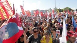 Milhares de pessoas voltaram a protestar neste domingo, 9 de julho de 2013, contra o governo turco em Istambul.