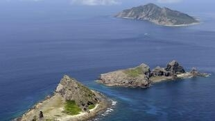 As três ilhas na origem do litígio sino-japonês: Uotsuri (de cima para baixo), Kitakojima e Minamikojima, chamadas de ilhas Senkaku pelos japoneses e Diaoyu pelos chineses, no Mar do Leste da China.