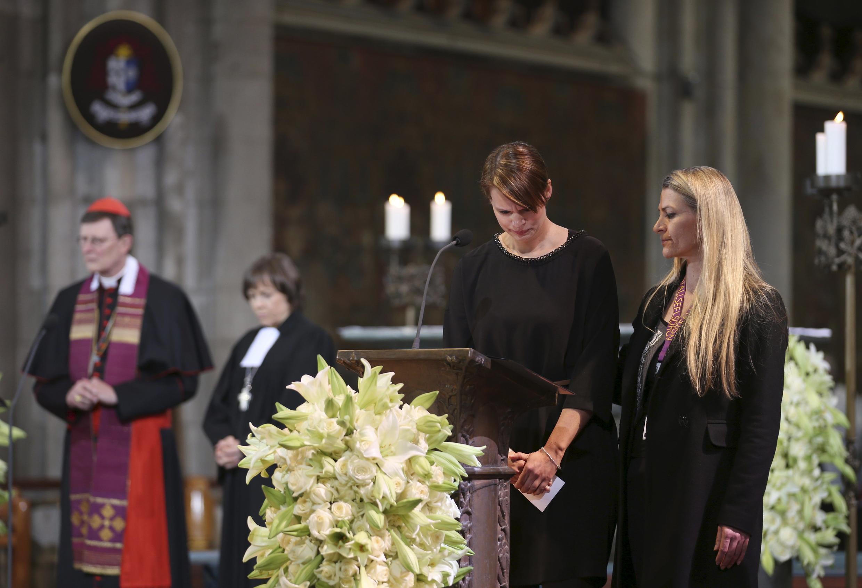 Parente de uma das vítimas da tragédia do voo da Germanwings durante cerimônia ecumênica em Colônia, Alemanha.