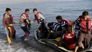 Мигранты из Пакистана высаживаются на побережье греческого острова Кос, 18 августа 2015.