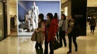 Một trung tâm mua sắm ở Bắc Kinh, ảnh chụp ngày 17/3/10. Những nhãn hiệu hàng cao cấp không còn xa lạ với người tiêu dùng châu Á.