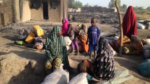 13 février 2015. De Ngouboua, petit village sur les rivages du lac Tchad, il ne reste que ruines et cendres. Alors les familles restantes ont rassemblé les affaires qui leur restent et s'apprêtent à quitter leur lieu de vie (Après l'attaque de Boko Haram).