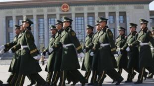 Cảnh sát tuần tra trên quảng trường Thiên An Môn - REUTERS