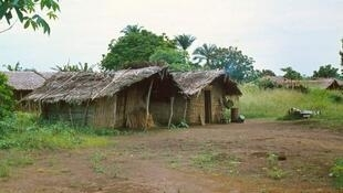 «Depuis le cessez-le-feu, la vie reprend petit à petit à Kindamba dans le Pool». Types d'habitations dans les villages du Congo (photo d'illustration).