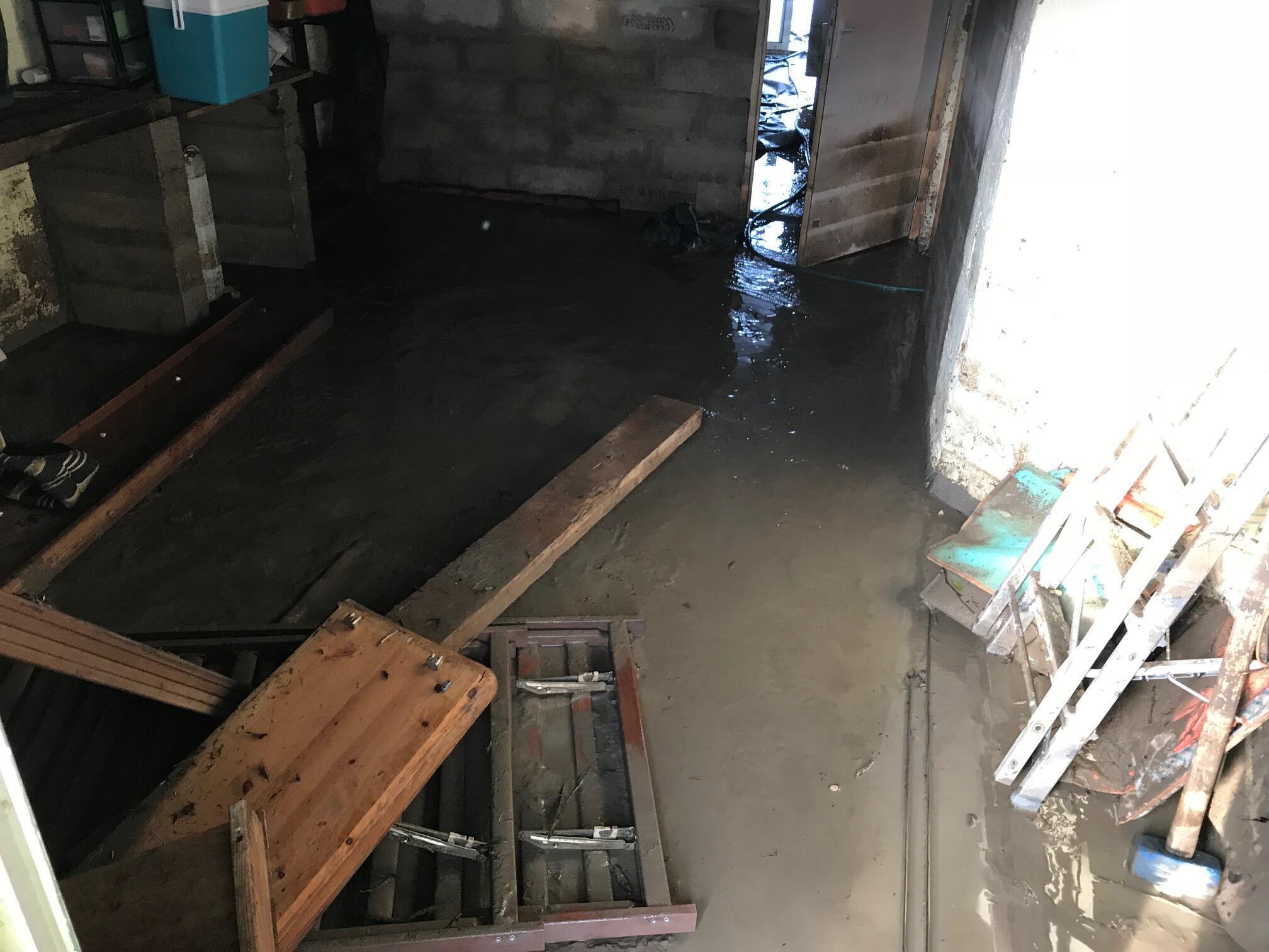 Une eau boueuse s'était infiltrée dans tout le rez-de-chausée de la maison.
