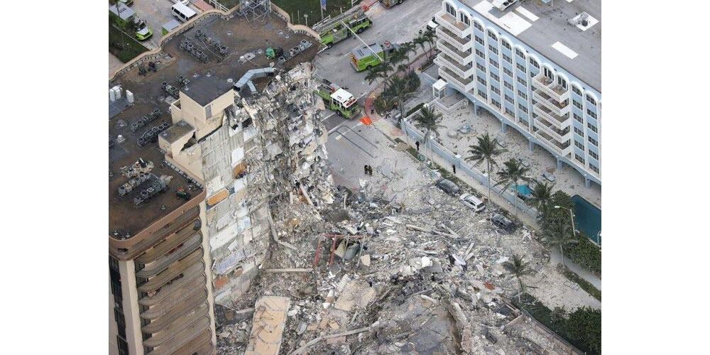 Un bâtiment s'est partiellement effondré tôt jeudi 24 juin 2021 à Surfside près de Miami, en Floride