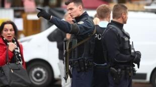 Policiais alemães patrulham área de Munique (sul) onde um homem de 40 anos atacou pedestres a facadas.