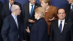 Líderes da União Europeia conversam com o presidente do Conselho Europeu, Herman Van Rompuy em Bruxelas