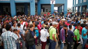 Venezuelanos na fronteira com o Peru, em 1° de novembro.